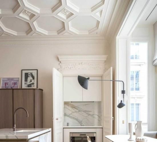 00-moulures-decoratives-et-corniche-plafond-dans-la-salle-de-sejour-ultra-chic-et-moderne-et-chic