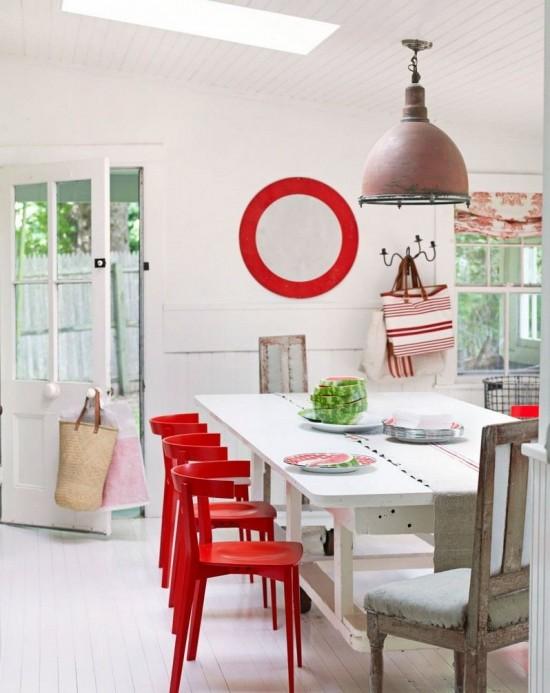 idee-deco-salle-manger-cercle-rouge-peinture-murale-blanche-chaises-rouges-e1446471747707